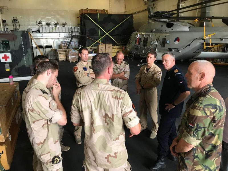 Luitenant-admiraal Rob Bauer praat met militairen na over de inzet op de Bahama's (Foto: Defensie)
