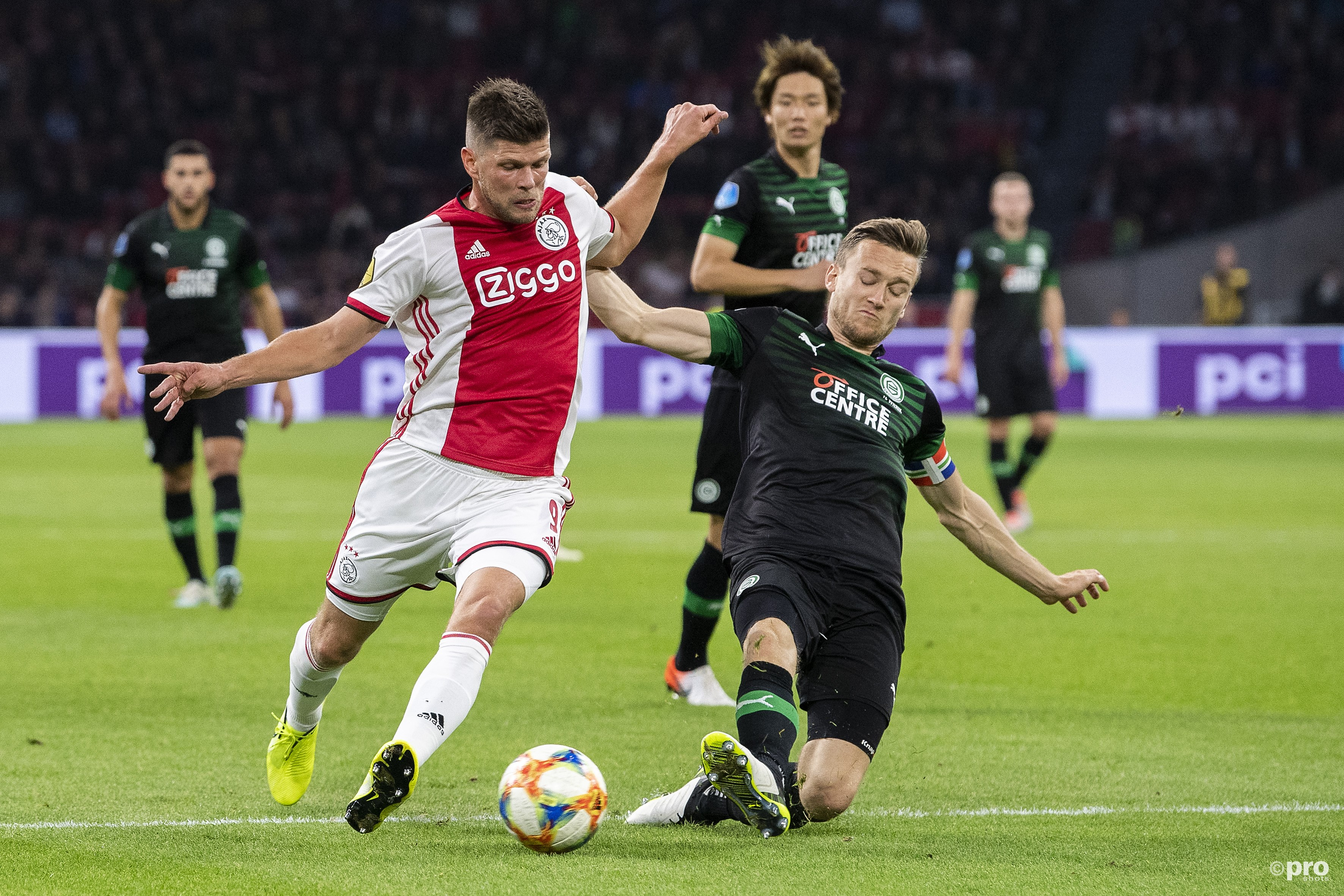 Huntelaar in duel met Te Wierik. (PRO SHOTS/Jasper Ruhe)