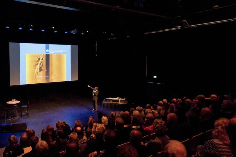 Onderwaterarcheoloog Martijn Manders geeft een toelichting (Afbeelding Defensie)