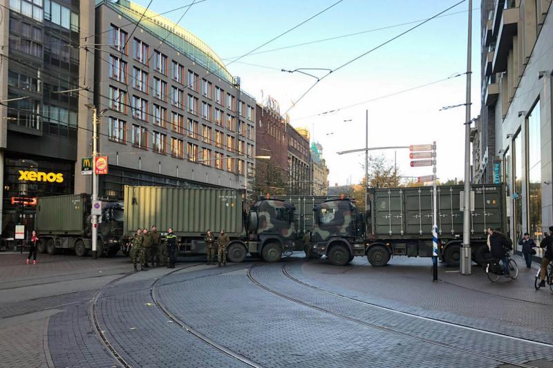 Defensievoertuigen op de kruising Spui-Kalvermarkt