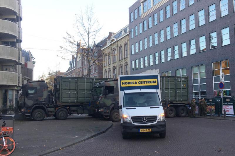 Een afzetting met Defensievoertuigen op de Kalvermarkt met de overgang naar de Fluwelen Burgwal.
