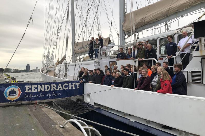 Minister Ank Bijleveld tussen de jongeren aan boord van de Eendracht (Afbeelding: Defensie)