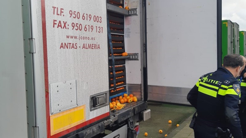 Vrachtwagenchauffeur verrast door verstekelingen