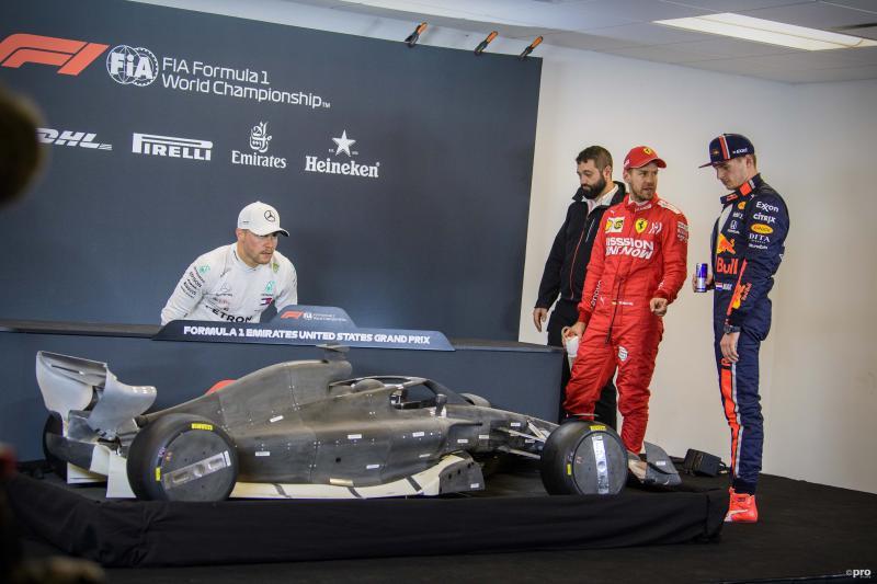 Na de kwalificatie van de Grand Prix van de Verenigde Staten aanschouwden Vatteri Bottas, Sebastian Vettel en Max Verstappen het model van de nieuwe Formule 1-bolide voor 2021. Wat zeggen de heren tegen elkaar? (Pro Shots / Action Images)