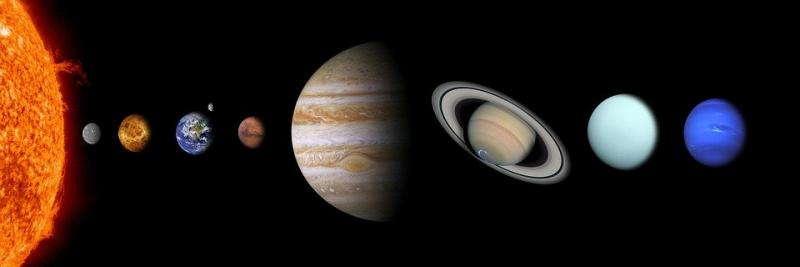 Die grijze, naast de zon, is Mercurius