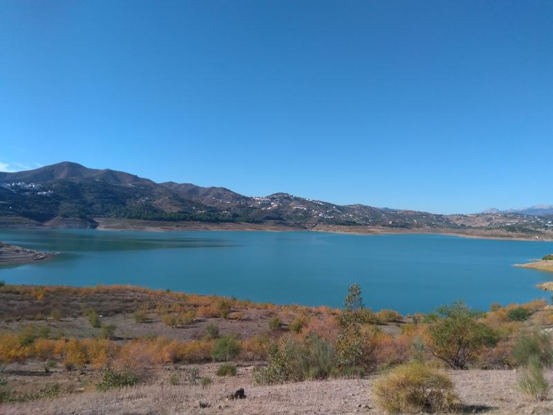 In Spanje ziet het er mooi uit. Dit is het meer bij La Viñuela. (Foto: Kroezel)