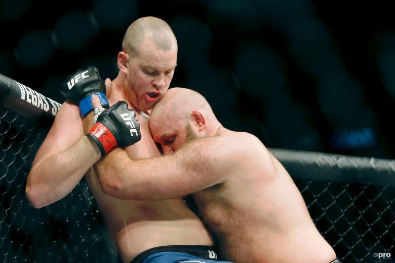 Stefan Struve (rode handschoenen) en Ben Rothwell (blauwe handschoenen) vonden elkaar zo tijdens de UFC Fight Night, wat is hier gaande? (Pro Shots / SIPA USA)