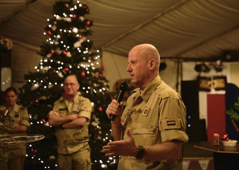 Generaal Wijnen spreekt militairen toe in de Lion's Rock in Camp Holland (Afbeelding: Defensie_