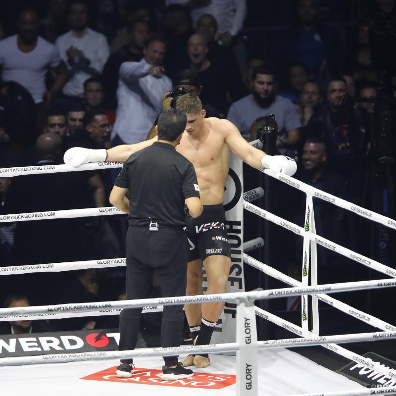 Wat krijgt Rico Verhoeven hier te horen tijdens het gevecht tegen Badr Hari? (Pro Shots / Michael Bulder)