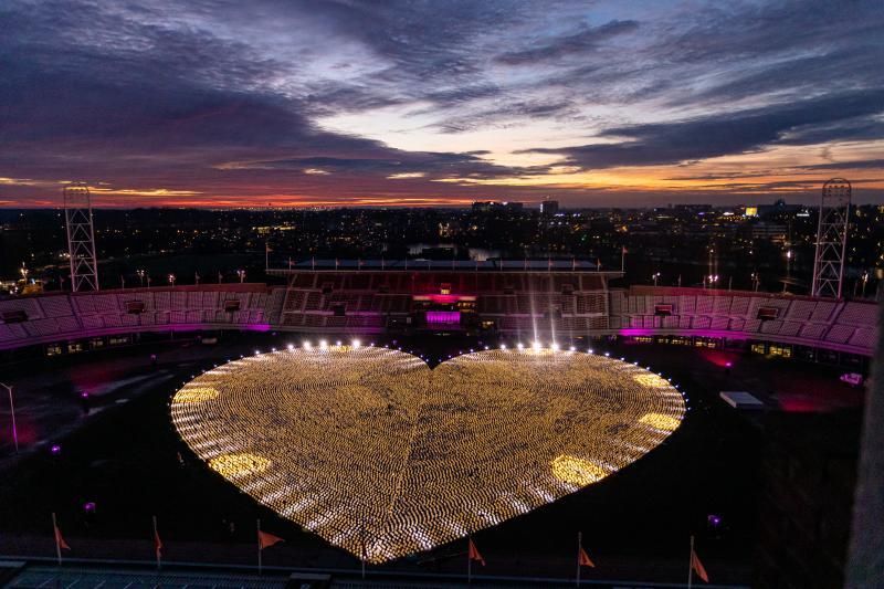 Duizenden lampionnen tegen kanker in het Olympisch Stadion (afbeelding: KWF)