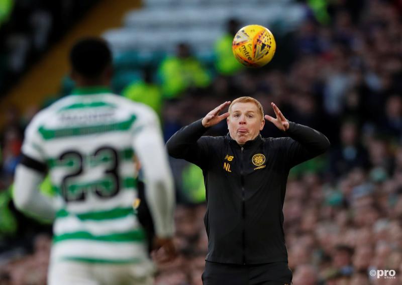 Waar is Celtic-manager Neil Lennon hier mee bezig tijdens de wedstrijd tussen Celtic en Rangers FC (Pro Shots / Action Images)