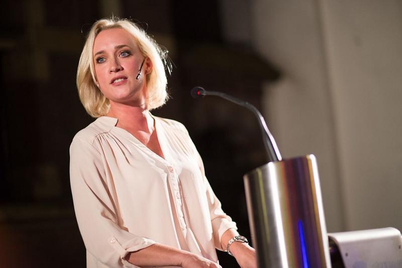 Jinek start met verrassende gast: Angela de Jong (WikiCommons/Sebastiaan ter Burg)