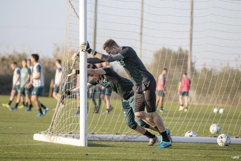 Tijdens het trainingskamp van AZ Alkmaar zijn de doelmannen druk bezig, wat is hier gaande? (Pro Shots / Andy Zuidema)