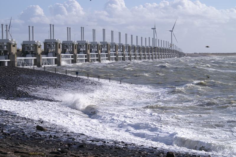Gisteren was er harde wind en hoog water en dus ging de Oosterscheldekering dicht.  (Foto: Scherpschutter)