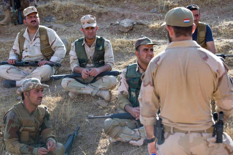 Archieffoto Defensie: Nederlandse militair traint Peshmerga