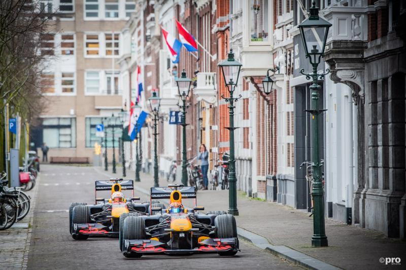 Ineens doken er twee Red Bull-bolides op in de binnenstad van Den Haag, wat is hier gaande? (Pro Shots / Koen Laureij)