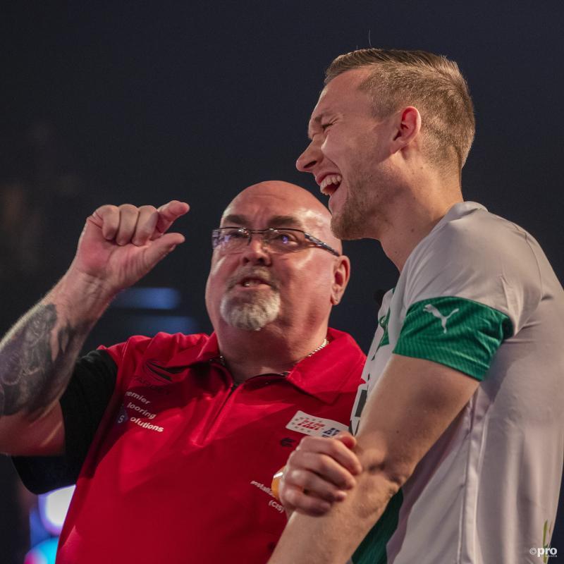 Darter Tony O'Shea en voetballer Mike te Wierik bespreken hier iets, maar wat? (Pro Shots / Michael Bulder)