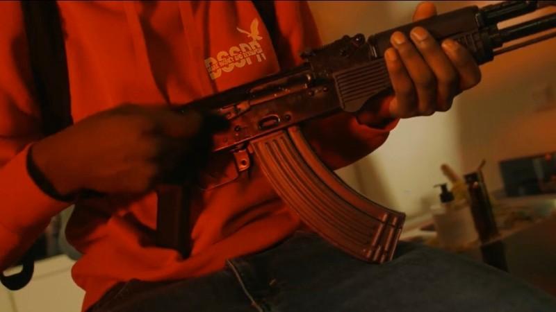 Afbeelding: fragment uit de videoclip die voor de Rotterdamse Politie aanleiding was voor de actie