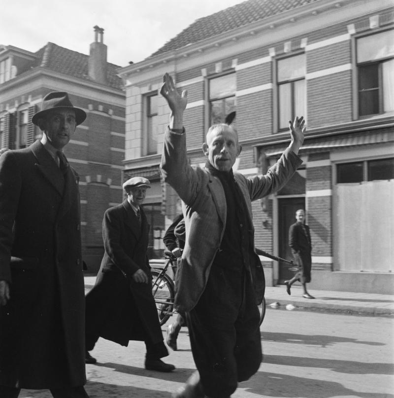 Een collaborateur wordt opgebracht, Hengelo, 3 april 1945 (Foto: Fotograaf onbekend, Collectie Nationaal Archief)