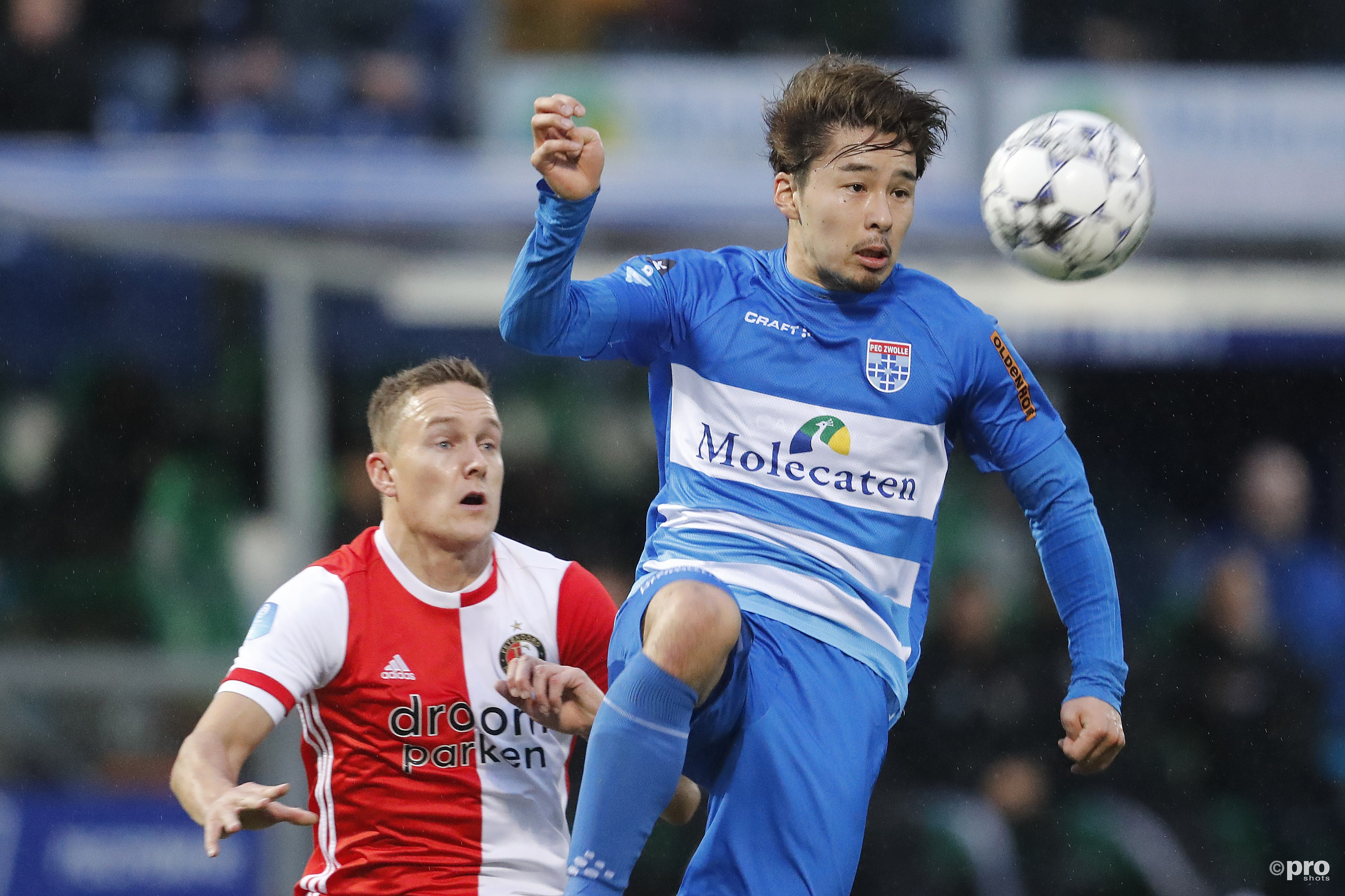 Jens Toornstra in duel met Yuta Nakayama. (PRO SHOTS/Niels Boersema)
