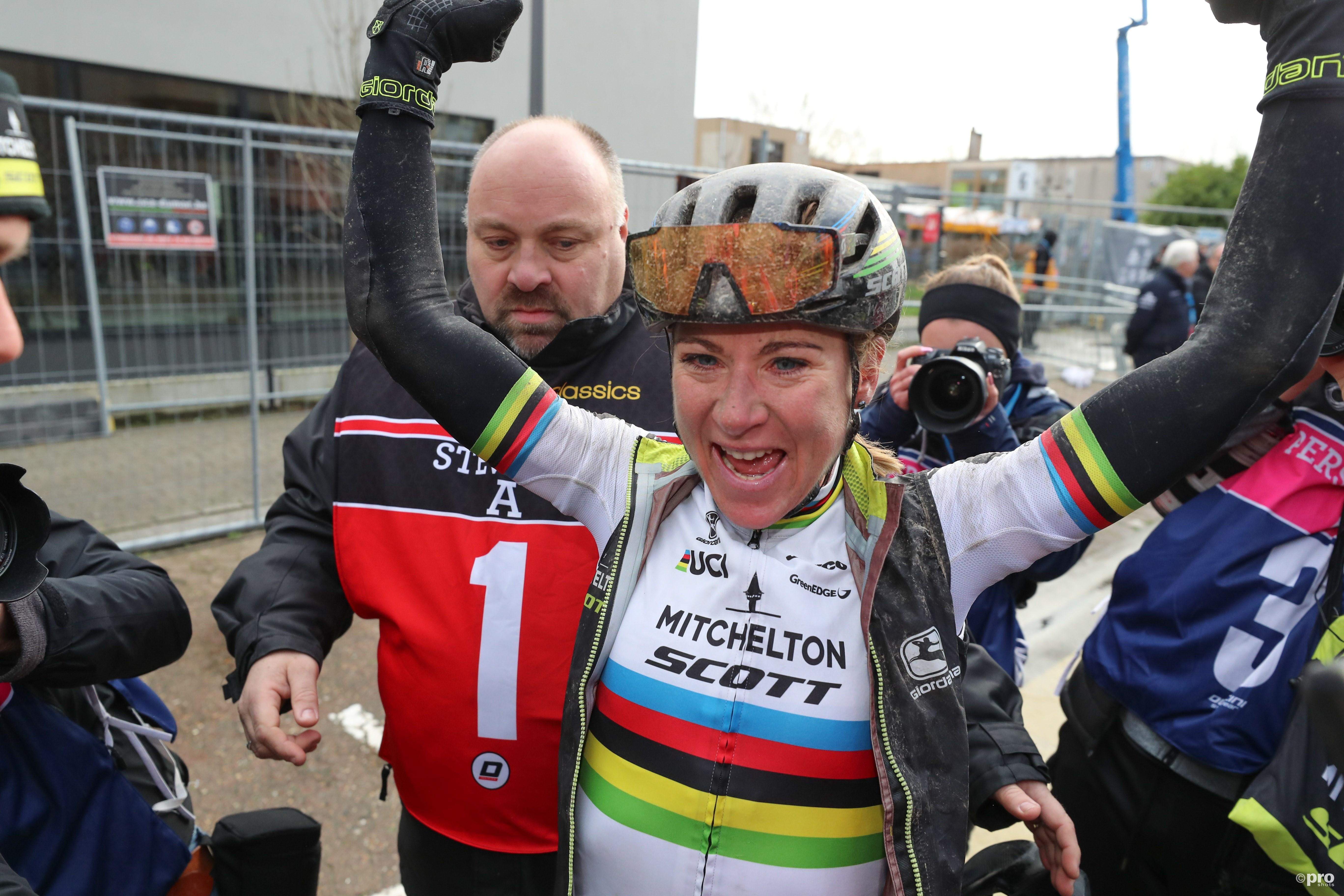 Van Vleuten wint eerste koers in regenboogtrui (Pro Shots / George Deswijzen)