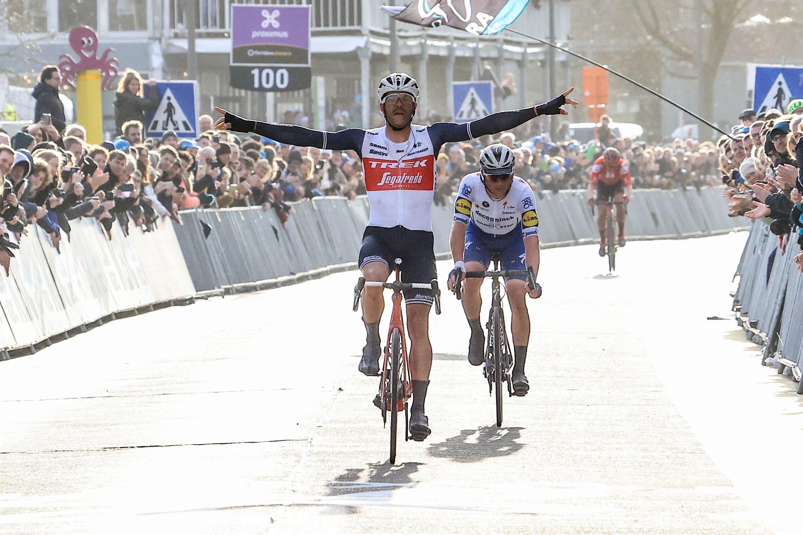 Stuyven maakt het in de sprint makkelijk af voor Lampaert (Pro Shots / George Deswijzen)