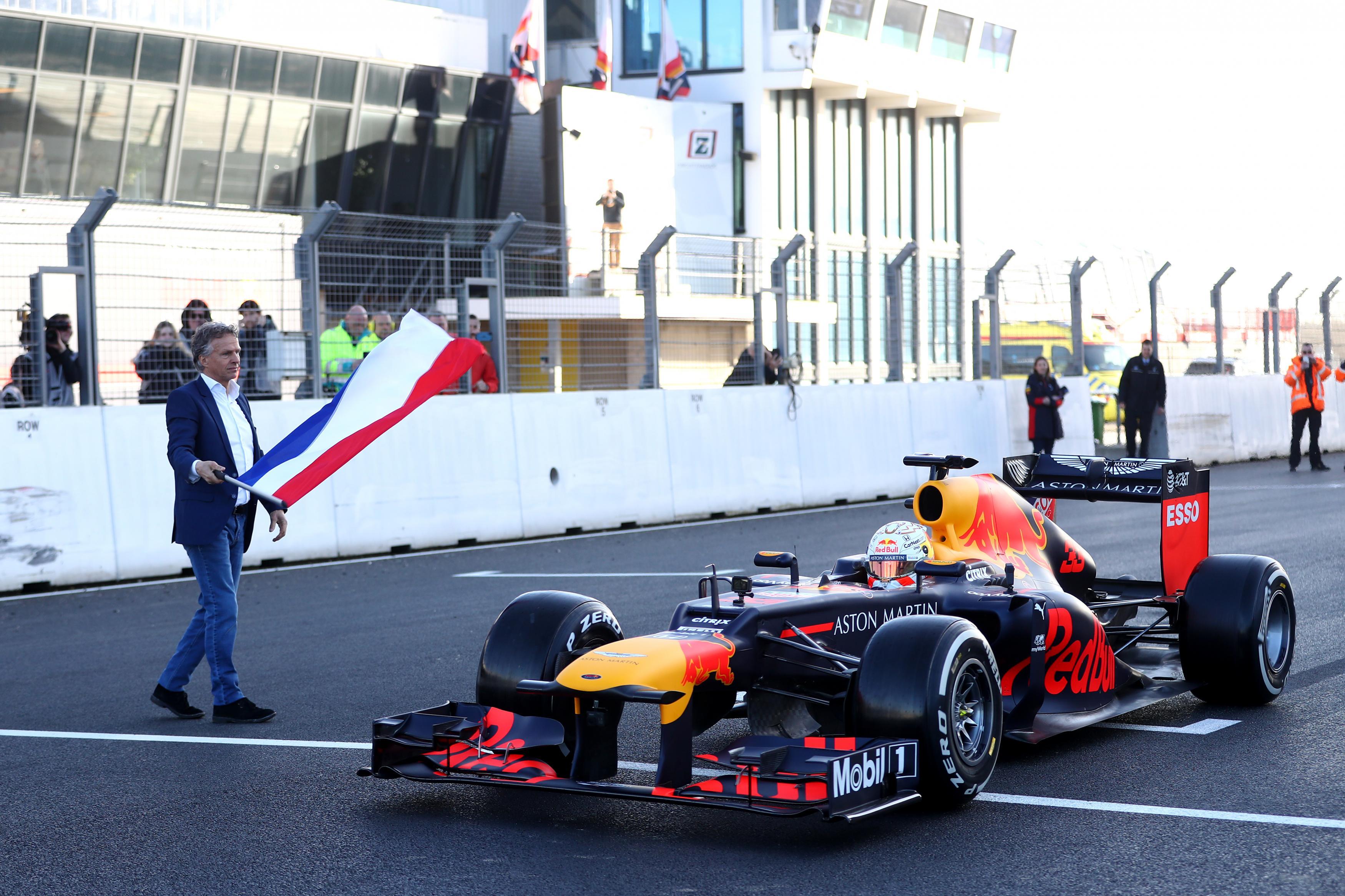 Max Verstappen voor het eerst dit jaar in een F1-auto op het circuit van Zandvoort