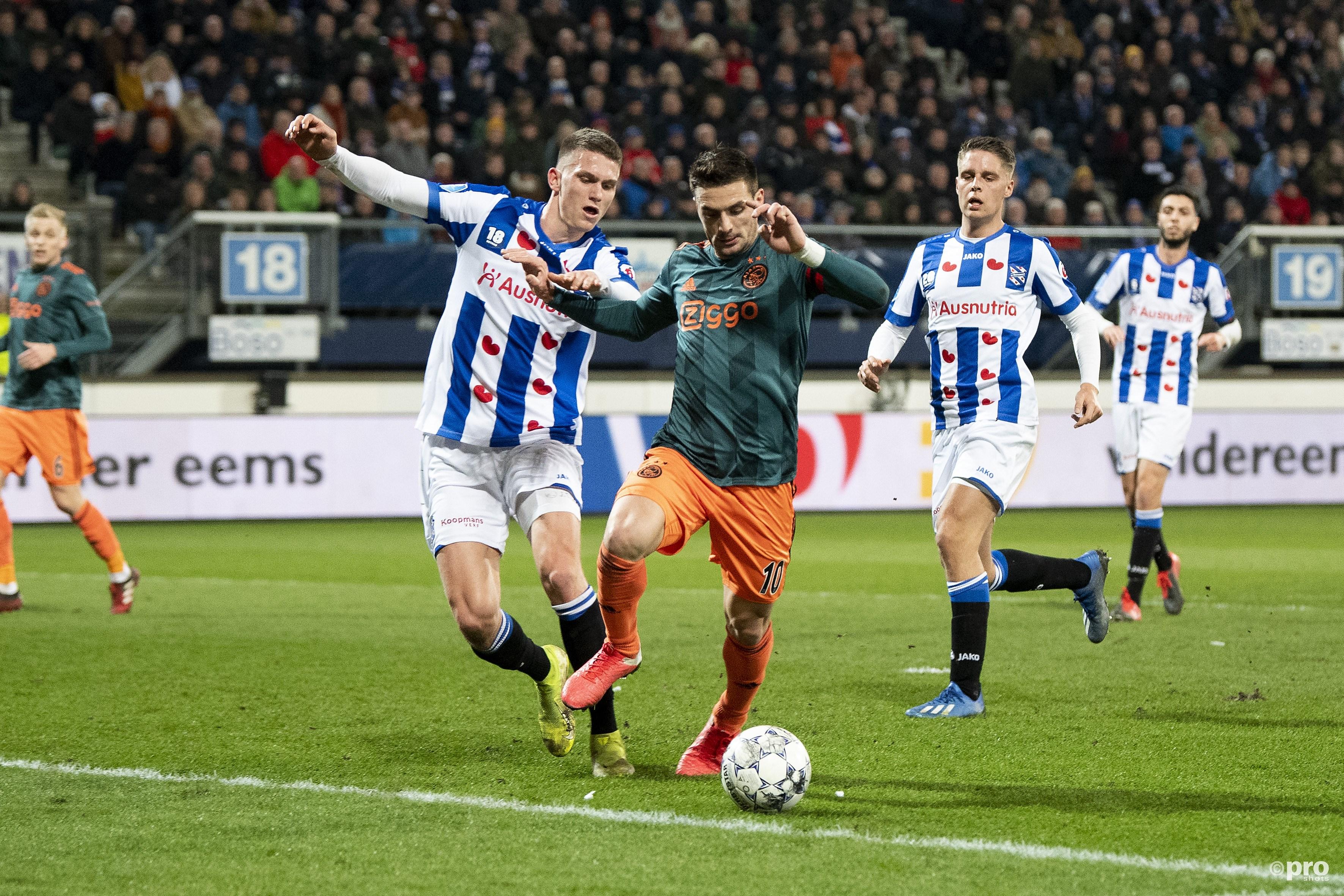 Razvan Marin in duel met Dusan Tadic. (PRO SHOTS/Jasper Ruhe)