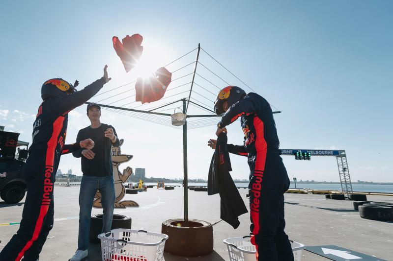 Max Verstappen en Alexander Albon zijn druk bezig met de was in Australië, wat is hier gaande? (Andy Green/Red Bull Content Pool)