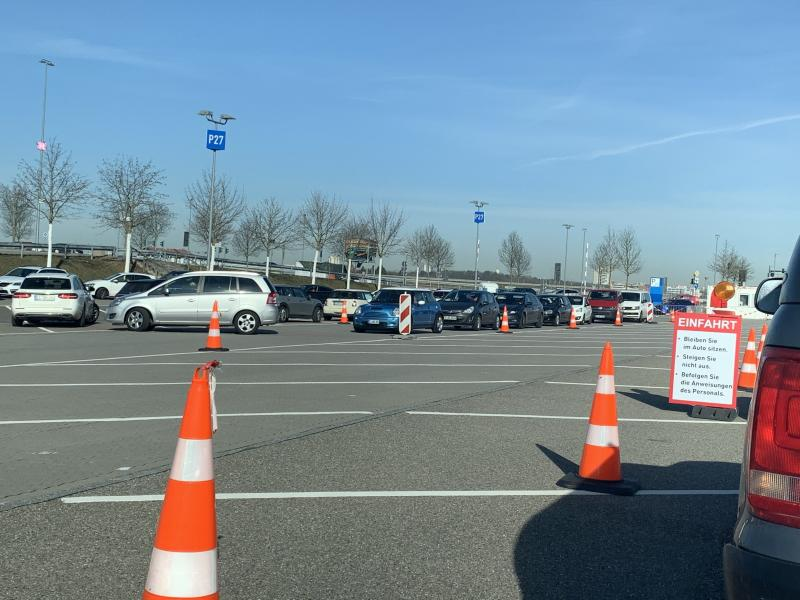 Auto's in de rij voor een Coronatest drive-in in Duitsland