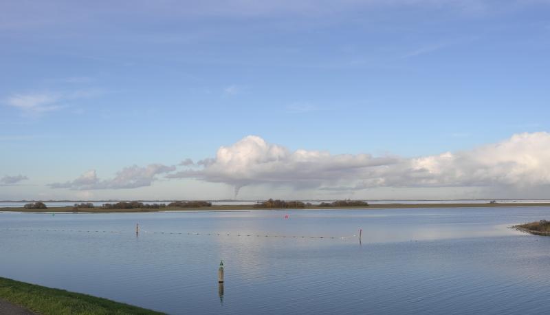 De skyline van Europoort vanuit Zeeland bij noordenwind (Foto: Scherpschutter)