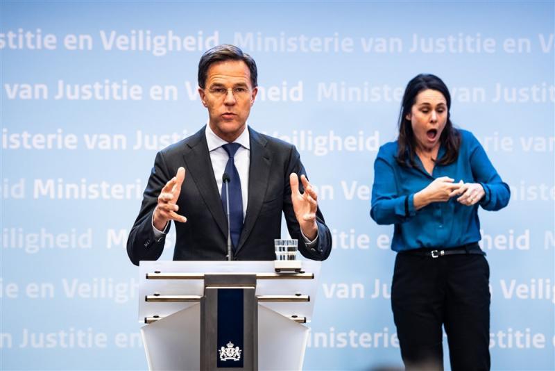Mark Rutte en de doventolk willen ons iets duidelijk maken, maar wat? (Pro Shots / Koen Laureij)