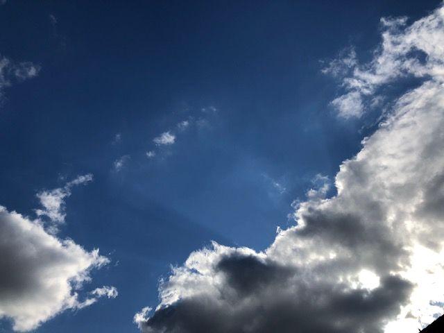 Zon en wolkje, (Foto: Charged)