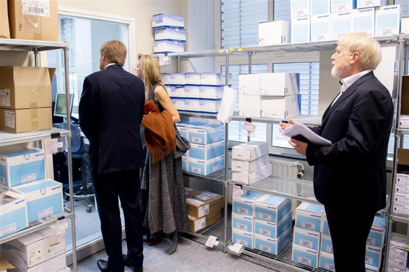 Koning Willem-Alexander en koningin Maxima waren te gast bij het RIVM. Ze hadden onder andere een gesprek met Jaap van Dissel, wat is hier gaande? (Pro Shots / Zuma Press)