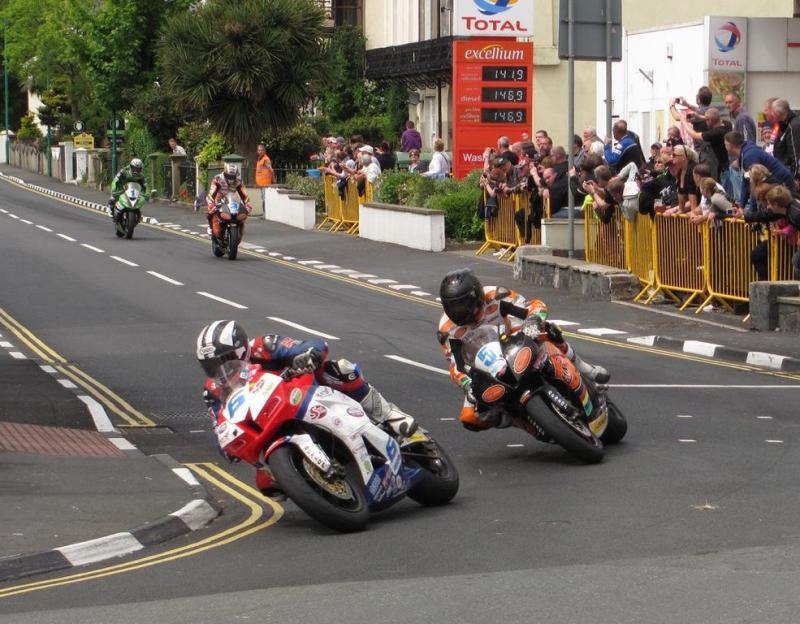 FOK!sportdiscussie van de dag: moeten straatraces zoals de Isle of Man TT verboden worden? (WikiCommons/Agljones)