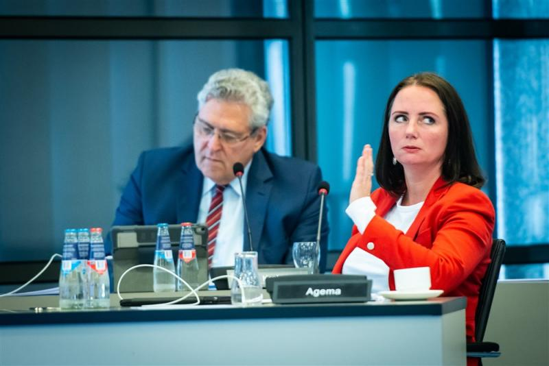 We zien Henk Krol en Fleur Agema tijdens de briefing van het RIVM, wat is hier gaande? (Pro Shots / Koen Laureij)
