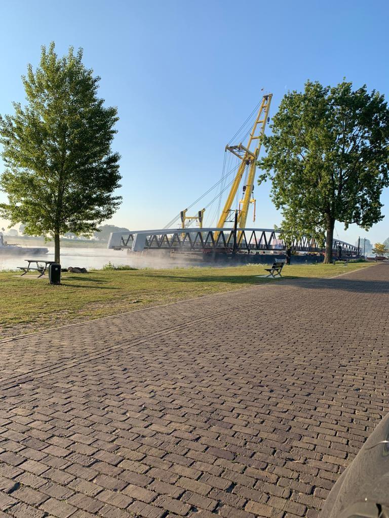 Charged zag vanmorgen vroeg een brug Cuijk voorbij varen. Even later werd die geplaatst tussen Cuijk en Mook.