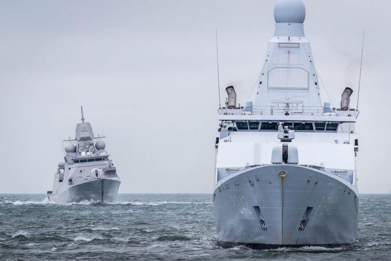 Zr.Ms. Friesland (voor) en Zr.Ms. Evertsen tijdens eskaderreis in november 2019. (Afbeelding: Defensie)