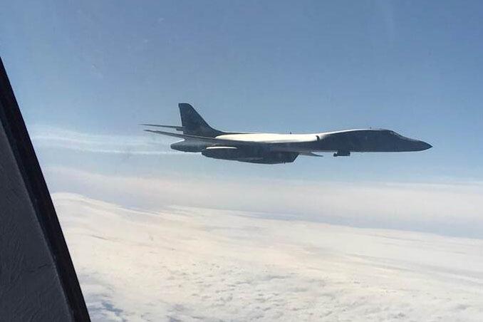 De bijgetankte Amerikaanse bommenwerper, gefotografeerd door een vliegtuigraam. (foto: Ministerie van Defensie)