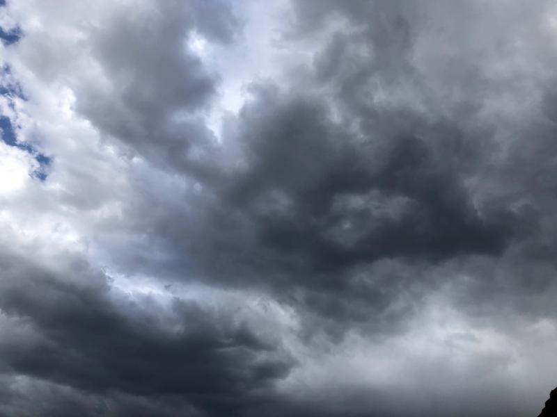 Donkere wolken pakken zich samen boven Cuijk..  (Foto: Charged)