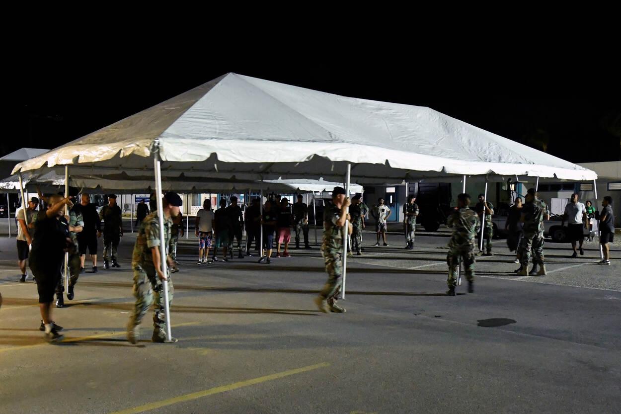 Mariniers helpen bij het evacueren van patiënten. (foto: Ministerie van Defensie)