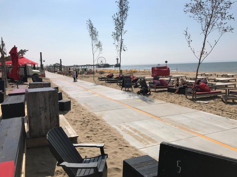 """Lege strandterrassen bij zomerse temperaturen: """"Er moet nú iets gebeuren, anders zal de Nederlandse kust in de zomer van 2021 bijna geen strandpaviljoens meer tellen."""" Foto: PR"""
