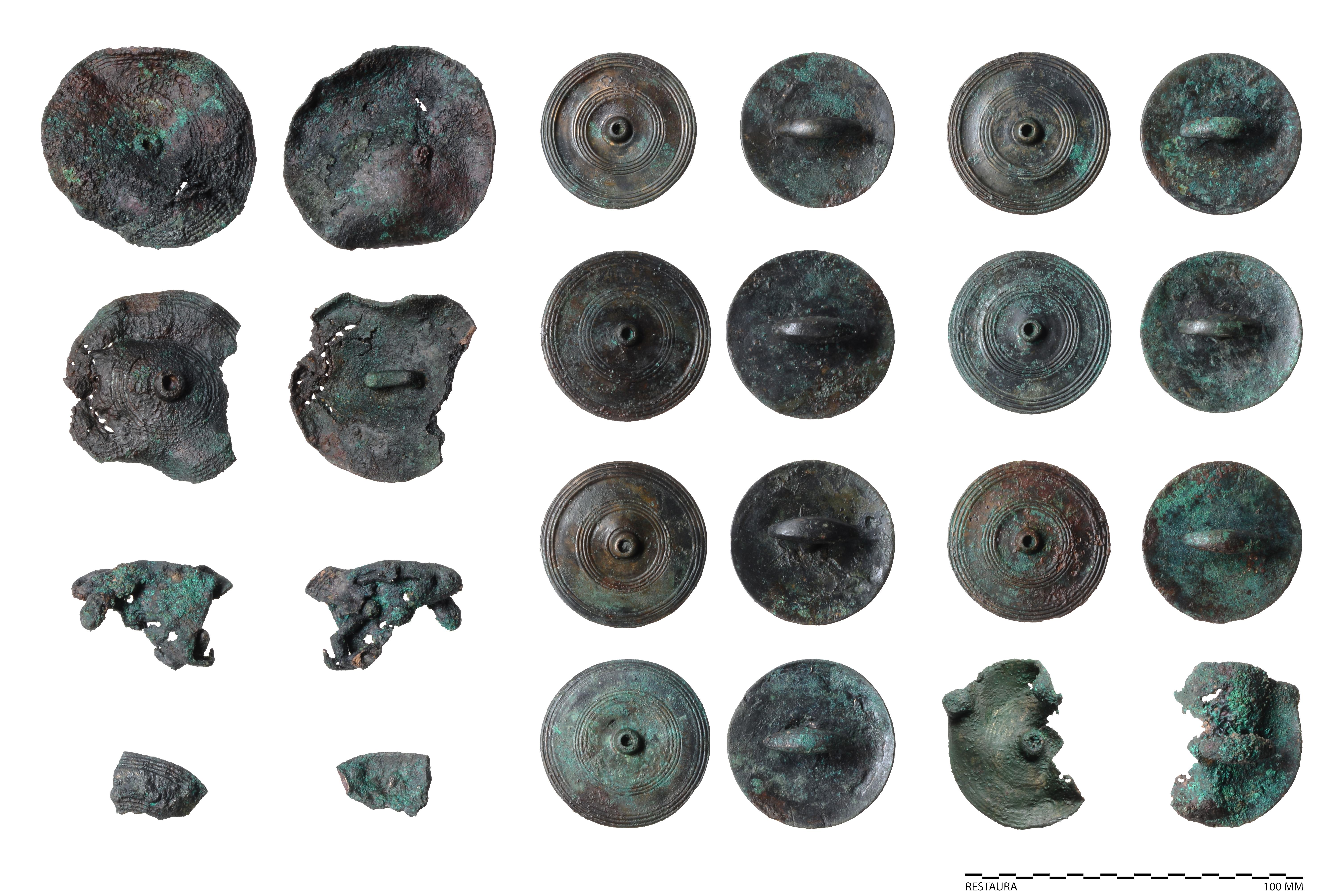 Bronzen sierschijven behorend bij paardentuig uit het wagengraf van Heumen (Restaura/Museum Het Valkhof, Nijmegen)