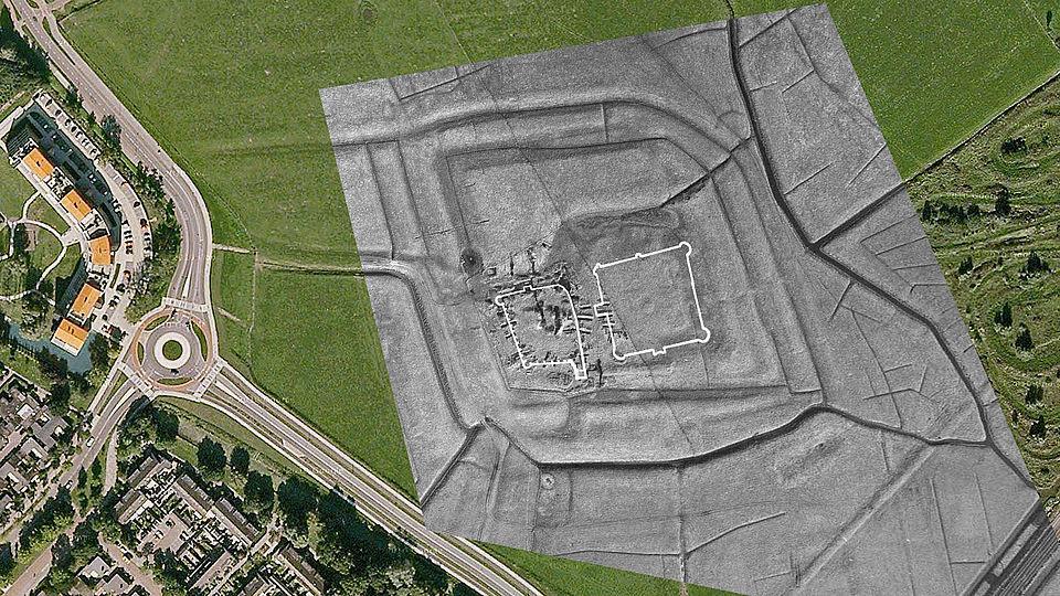 A. van Dongen en J. Roefstra. Rechter witte vak is het nieuw ontdekte kasteel (Gemeente Heemskerk)