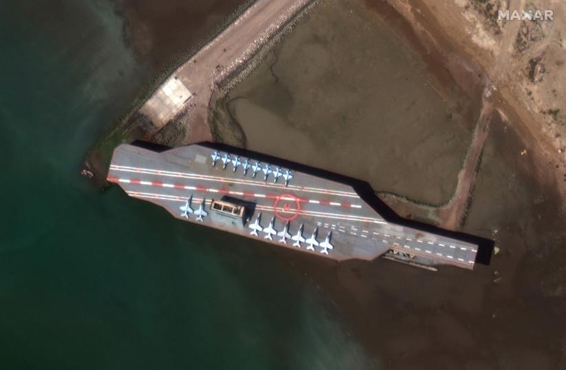 Het nep vliegdekschip in de haven van Bandar Abbas (foto: Google maps)