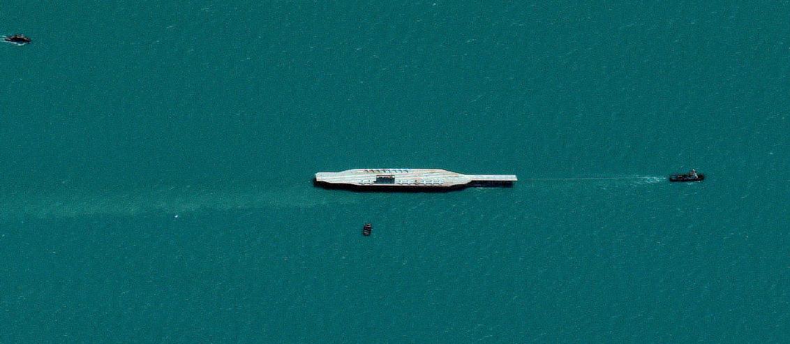 Het nep vliegdekschip op sleeptouw (foto: Jerusalem Post)