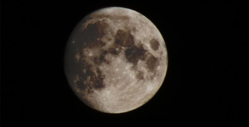 Maan boven Wognum (Foto: Drainbamage)