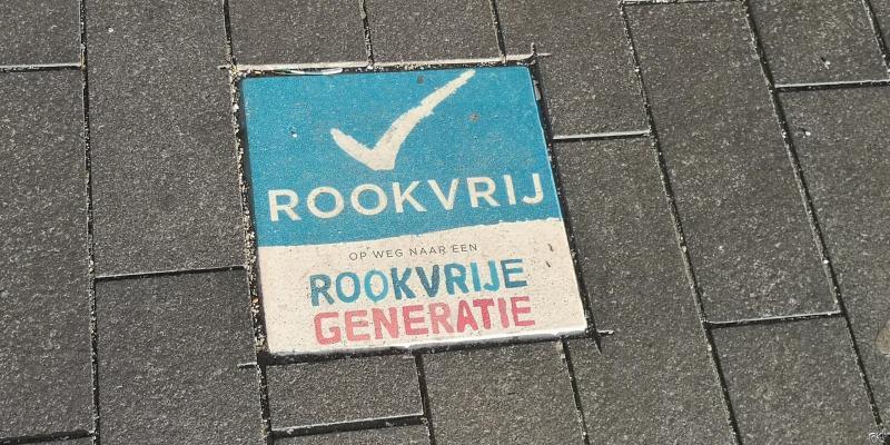Rookvrije generatie stoeptegel  (Foto: FOK!)