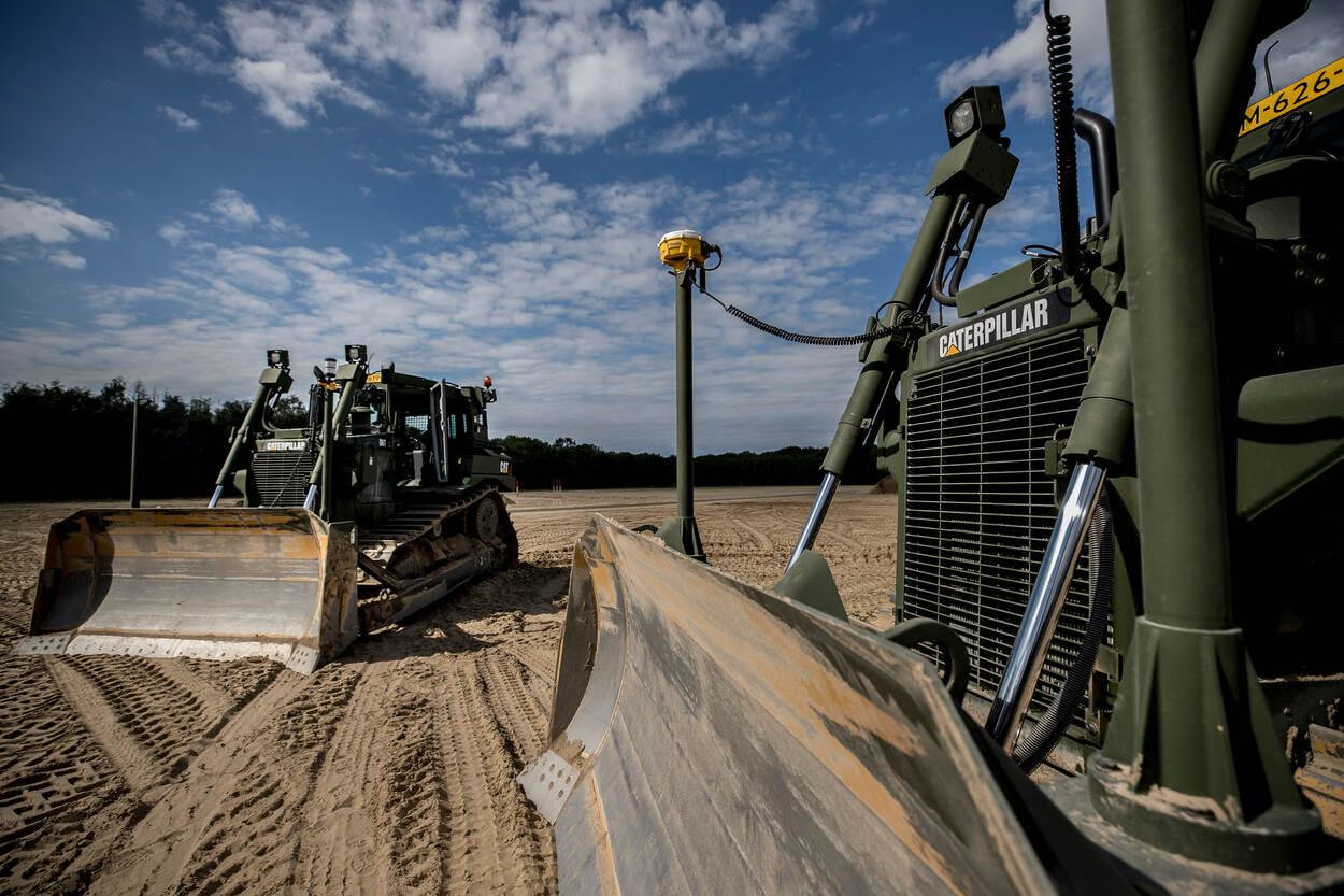De Caterpillar D6T rupsdozers (foto: Ministerie van Defensie)