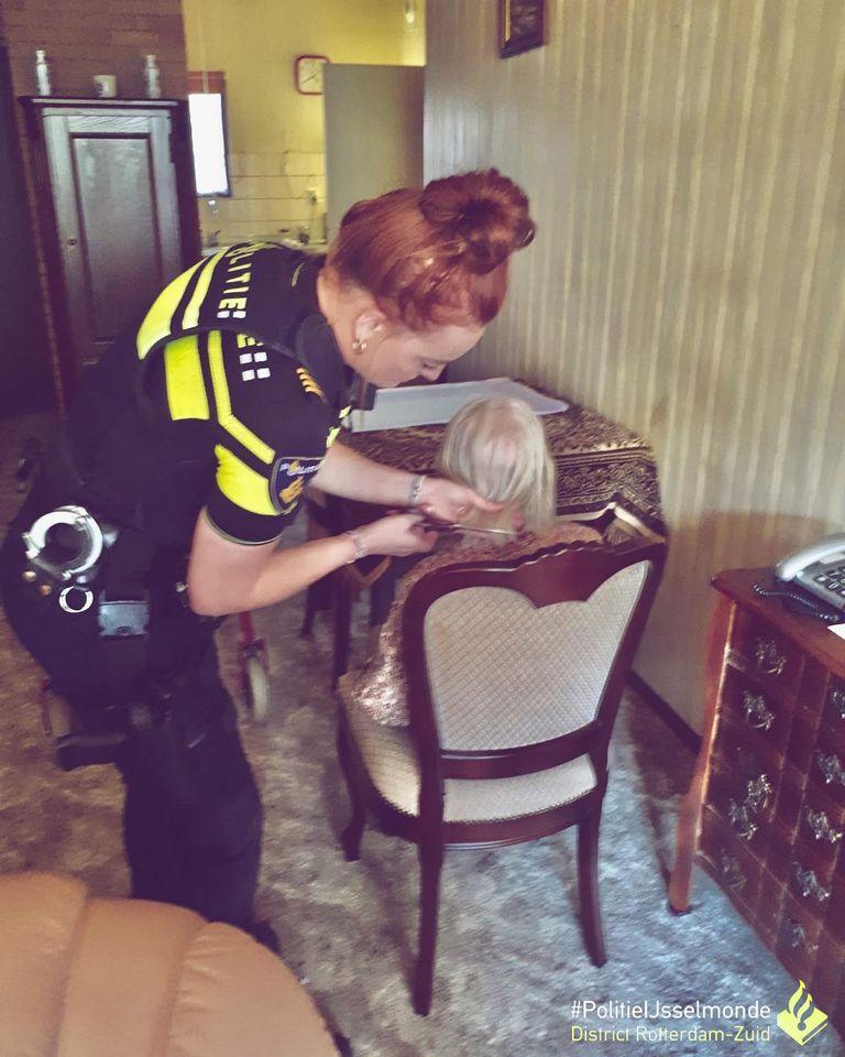 Politie trakteert 95-jarige vrouw op patat en speelt voor kapper (Foto: Politie Rotterdam IJsselmonde)